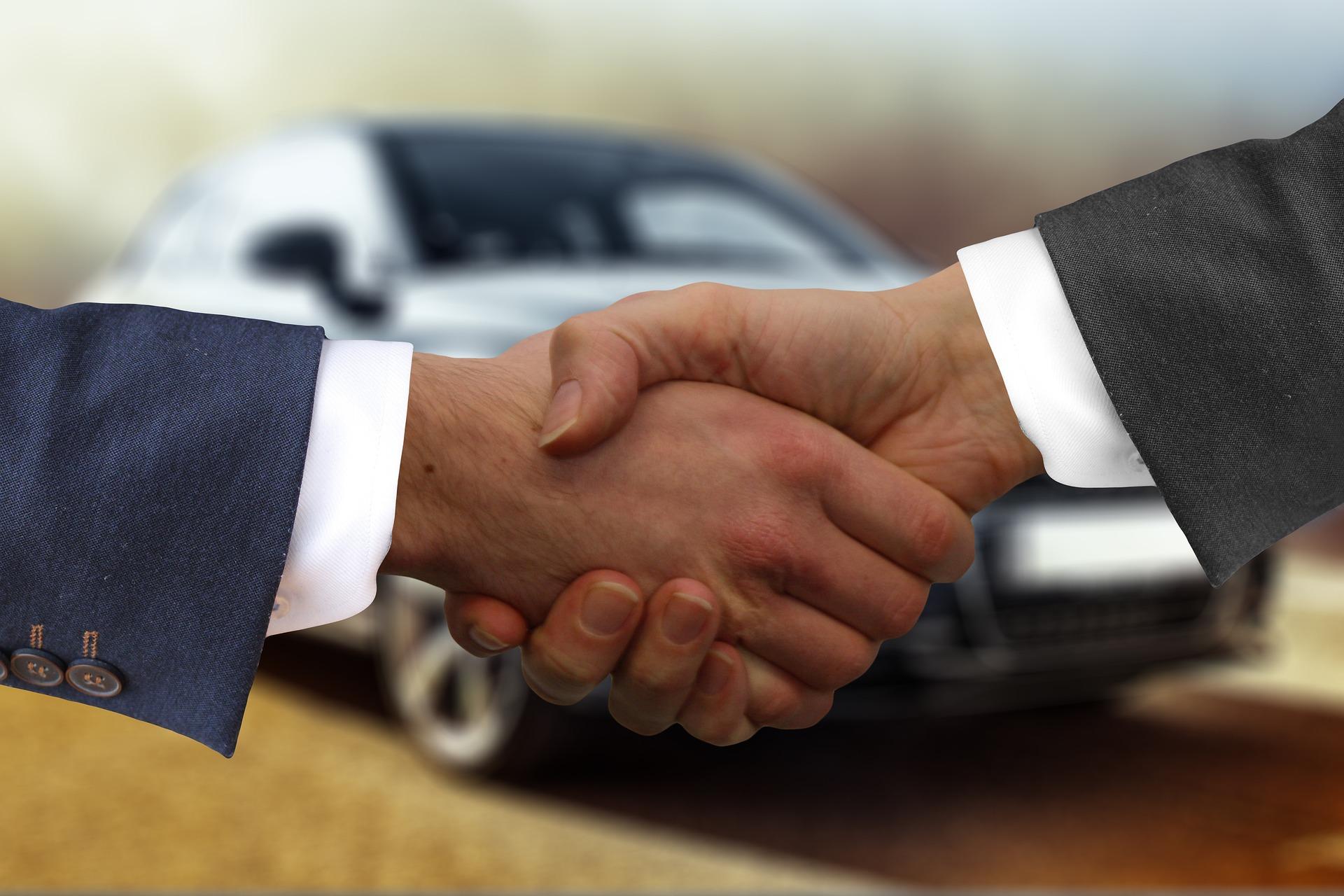 Darowizna samochodu – umowa, podatek, zwolnienia z podatku
